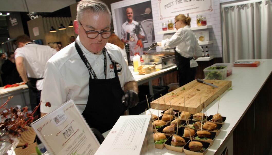 Nils Arne Skår presenterer den nye plantebaserte burgeren fra The Vegetarian Butcher på Unilever Food Solutions sin stand. (Foto: Morten Holt)