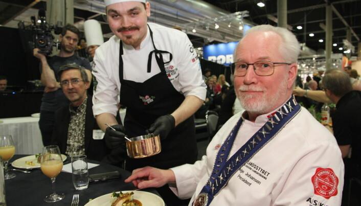 NKL-president Helge Johansen blir servert saus av Odd Rainer Hildrum fra Bjerck restaurant. (Foto: Morten Holt)