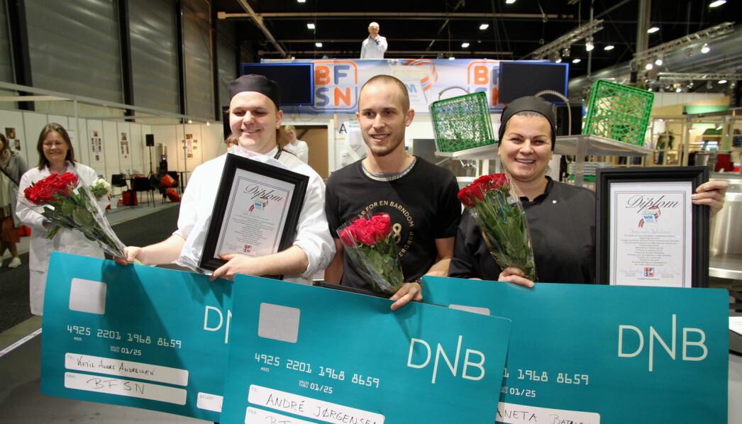 De tre beste i NM i maskinoppvask 2020. Fra venstre bronsevinner Ketil A. Andreassen, videre de to vinnerne André Jørgensen og Bezaneta Batalevic. (Foto: Morten Holt)