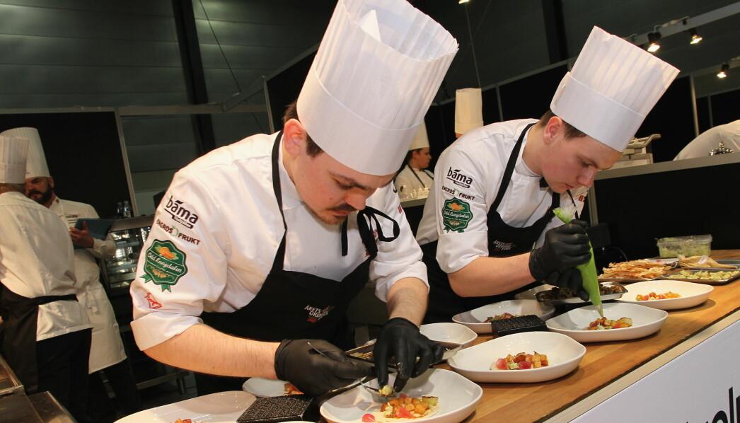 Odd Rainer Hildrum og Christer Rørlien Henriksen fra Bjerck restaurant i aksjon i Årets grønne kokk 2020. (Foto: Morten Holt)