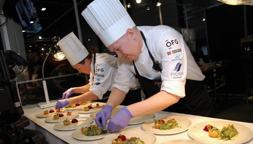 Vinnerne av Årets grønne kokk 2020, Nina Kristoffersen og Joachim Lindgren fra Statholdergaarden, i aksjon. (Foto: Morten Holt)