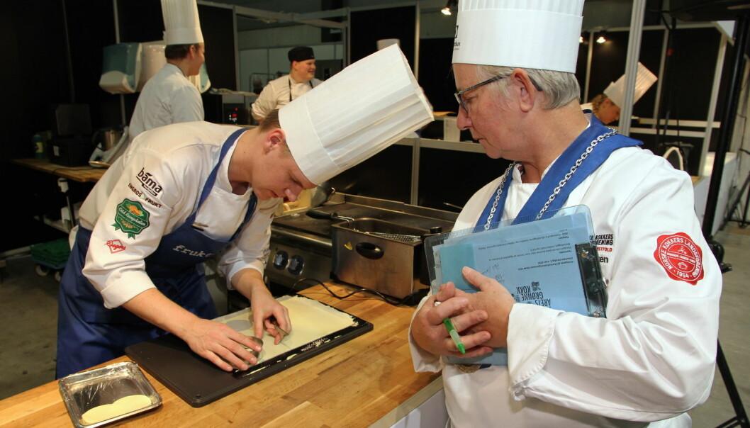 Aleksander Vartdal vant Årets unge kokk i september i fjor, og prøvde seg i Årets grønne kokk 2020 - uten at det ble pallplass. Plassdommer Brith Bakken følger med. (Foto: Morten Holt)