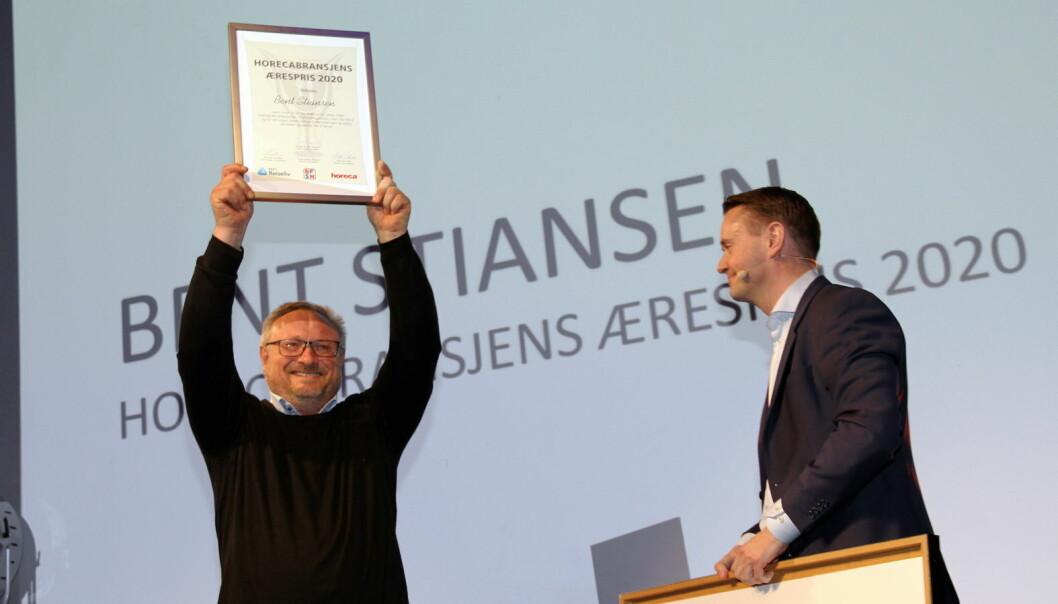 Bent Stiansen ble tildelt Horecabransjens Ærespris 2020, en pris Horeca, NHO Reiseliv og BFSN står bak. Til høyre prisutdeler Gjøran Sæther, som er administrerende direktør i Fursetgruppen (Foto: Morten Holt)