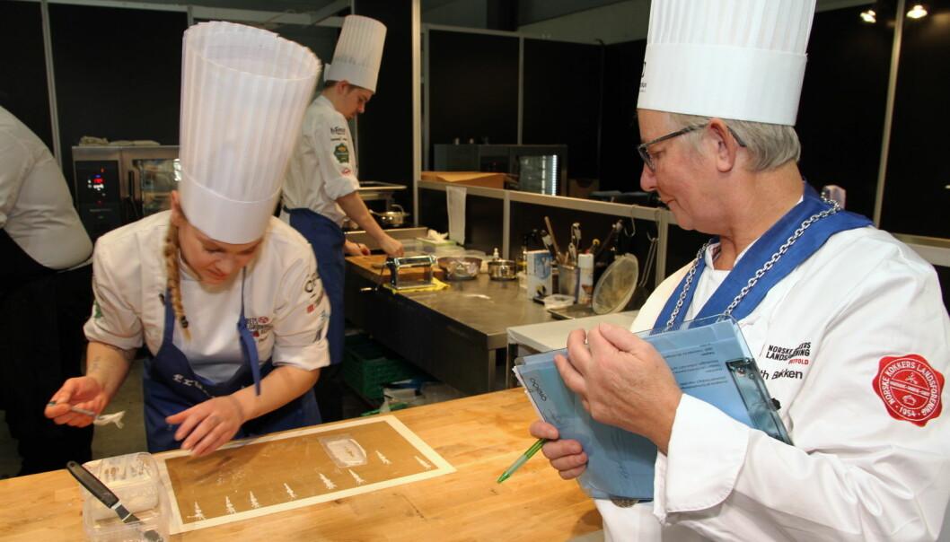Hanne Rutgerson fra Einer i aksjon under Årets grønne kokk 2020. Plassdommer Brith Bakken følger nøye med. (Foto: Morten Holt)
