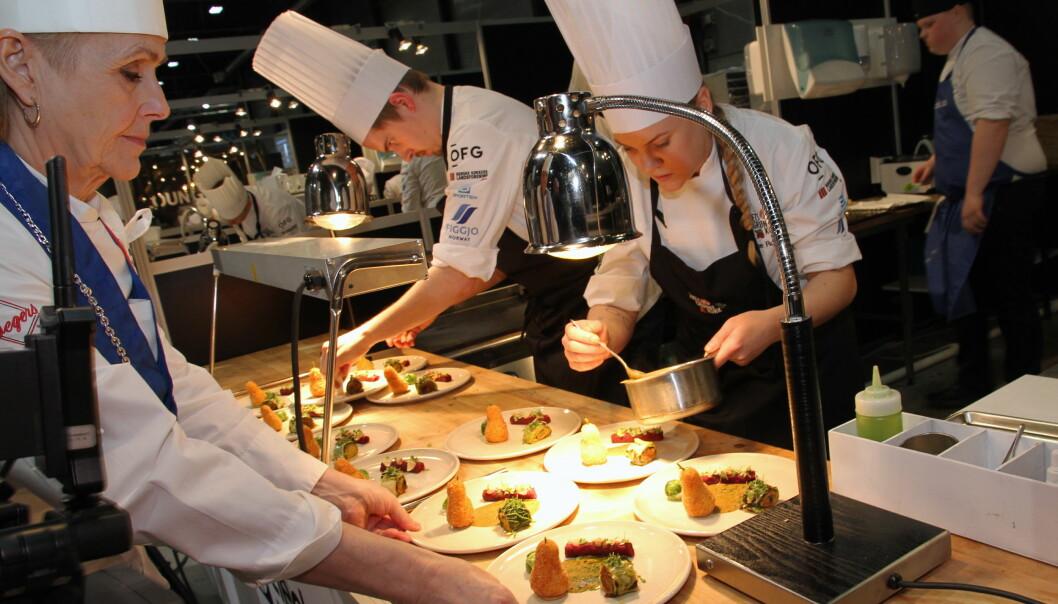 Andreas Gøbel fra Happolati og Hanne Rutgerson fra Einer leverer en av sine retter under Årets grønne kokk 2020. (Foto: Morten Holt)