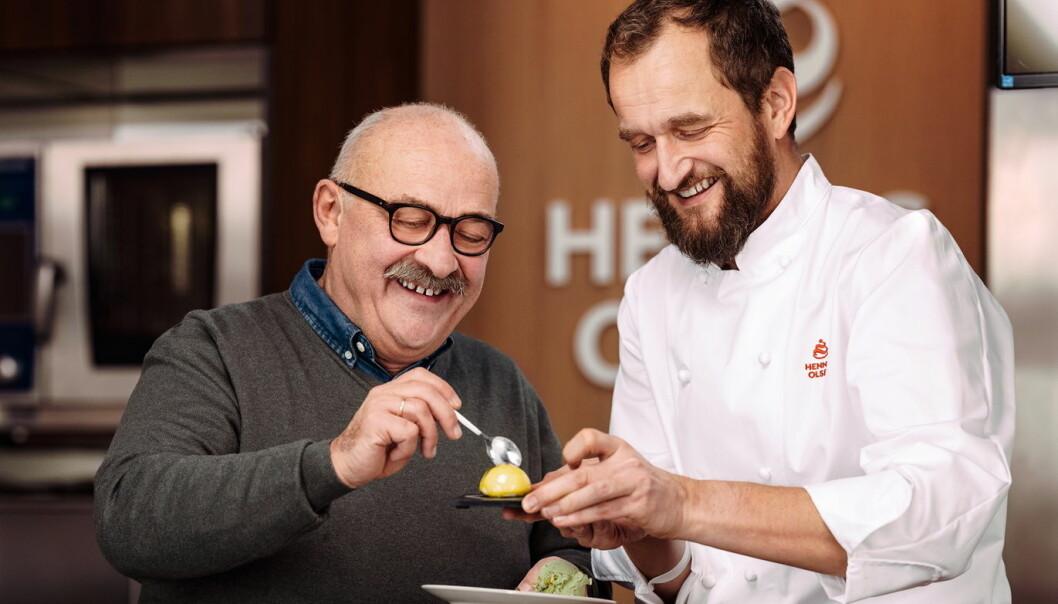 Paal Hennig-Olsen (til venstre) og Trond Wøien tester den nye iskremkonfekten. (Foto: Hennig-Olsen Is)