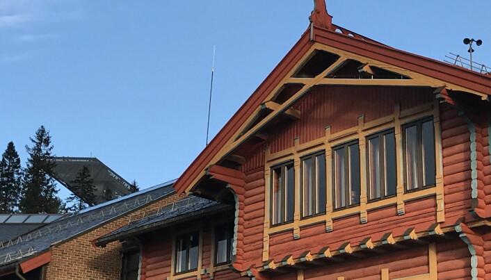 Ikke langt til hoppbakken i Holmenkollen. Toppen av bakken i bakgrunnen. (Foto: Morten Holt)