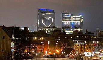 Plaza prydet med stort hjerte i kveld