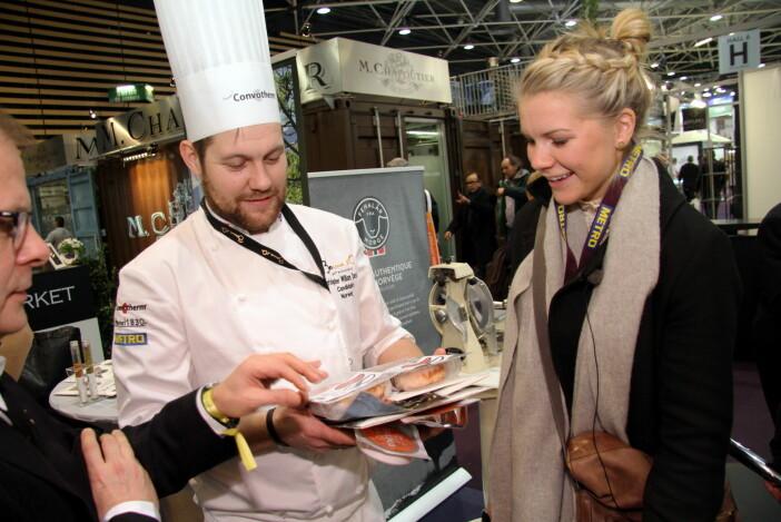 Christopher W. Davidsen, her sammen med Ada Hegerberg i Lyon. Arne Sørvig, daglig leder for Stiftelsen Årets kokk/Bocuse d'Or Norge skimtes til venstre. (Foto: Morten Holt)