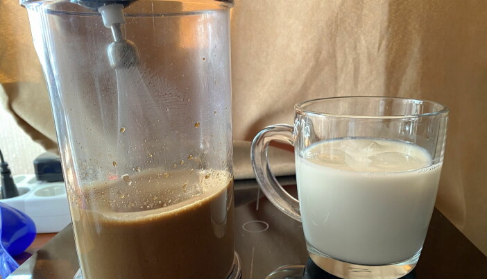 Enkelt å lage. Bland kaffe, varmt vann og sukker (alternativt agave-sirup/kokosblomstsukker) og melk med isbiter. (Foto: Heidi Fjelland)