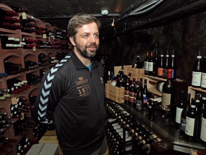 Bjarne Waagenes åpner vingrotten for vinsmaking og har også spesialbrygget øl og sider å by på. (Foto: Georg Mathisen)