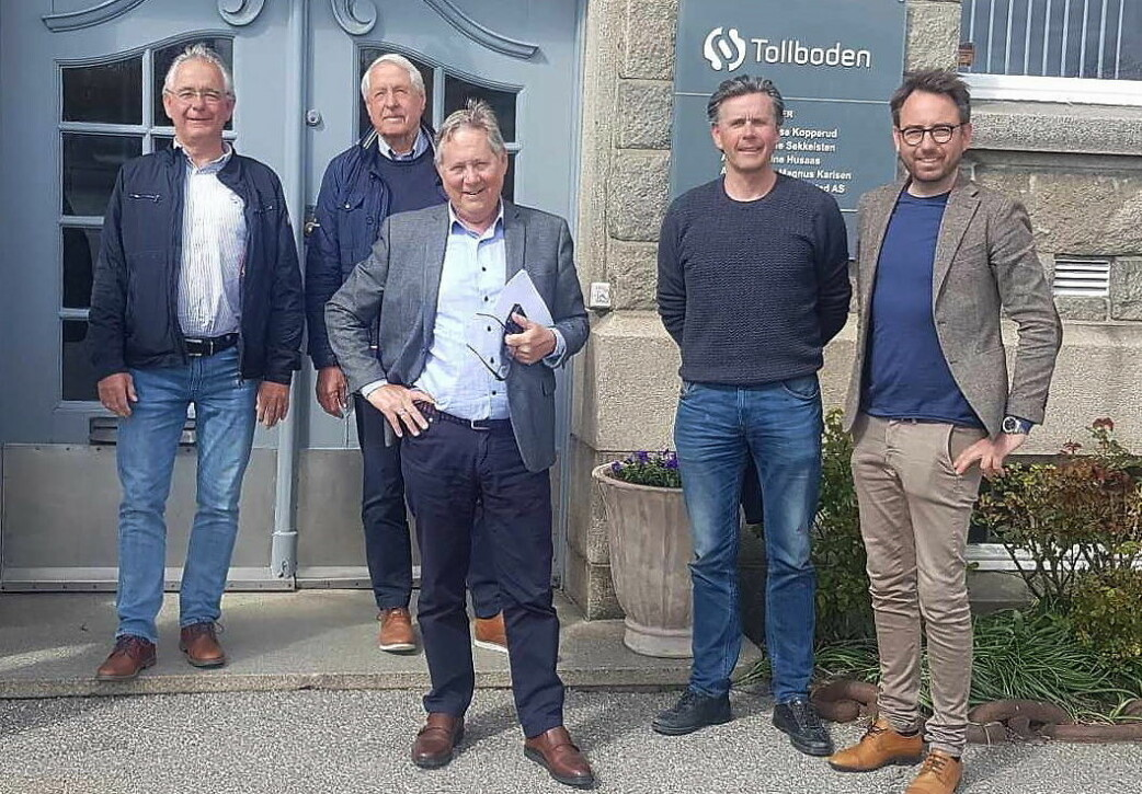 Ove Svendsen (Gorines AS, fra venstre), Roar Antonsen (Gourmetcompagniet AS), Øyvind Svendsen (Gorines AS), Bernt Ove Svendsen (Gorines AS) og Bjørn Landgraff (foran, Gourmetcompagniet). (Foto: Gorines/Gourmetcompagniet)