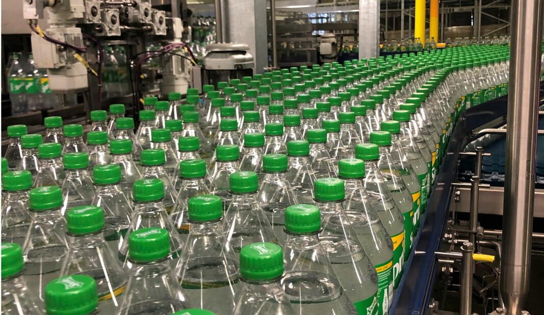 Her produseres de første blanke Sprite-flaskene i Norge. (Foto: Coca-Cola Norge)