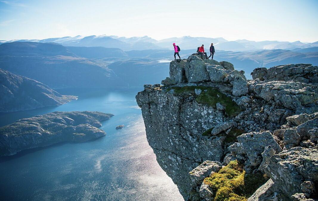 Hornelen er Europas høyeste sjøklippe, 860 meter over Frøysjøen. (Foto: Sverre Hjørnevik/Fjord Norge)
