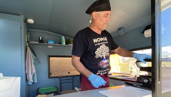 Mario Roque tilbereder nok en cubansk sandwich. (Foto: Morten Holt)
