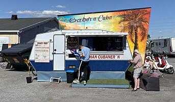 Serverer cubansk mat i egendekorert matvogn