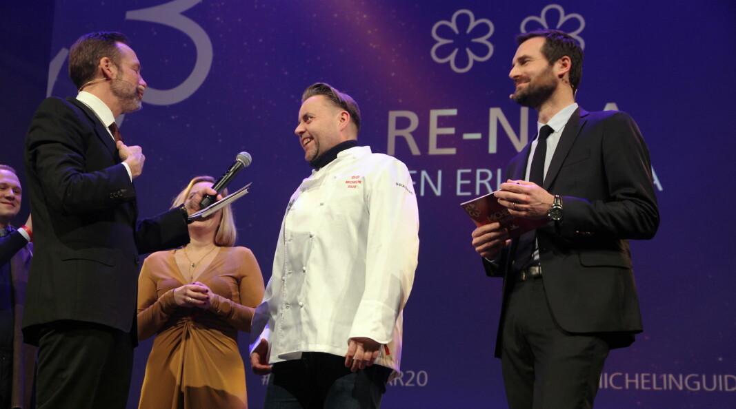 Fra utdelingen i Trondheim i februar i år, da Re-Naa med Torill og Sven Erik Renaa fikk to stjerner. Til høyre Guide Michelins Gwendal Poullennec. (Foto: Morten Holt)