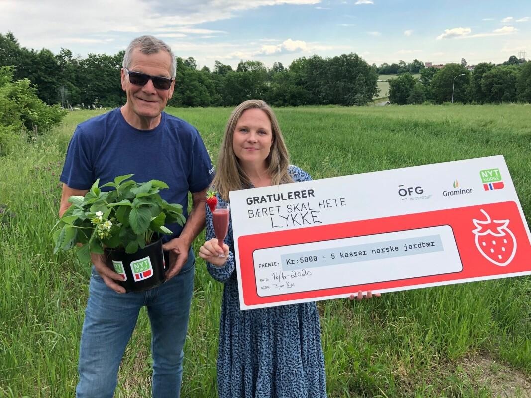 Elin Børter-Eriksson fikk en av de første jordbærplantene som skal plantes hjemme i hagen og gode råd om stell og pleie fra Bjarne Kjøs. (Foto: OFG)