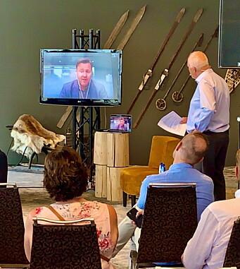 Assisterende helsedirektør Espen Nakstad deltok live via Skype i den timelange dialogsamtalen på det nye Velkomstsenteret på Beitostølen, med programleder Bjørn B Jacobsen til høyre. (Foto: DestinasjonsKirurgene)