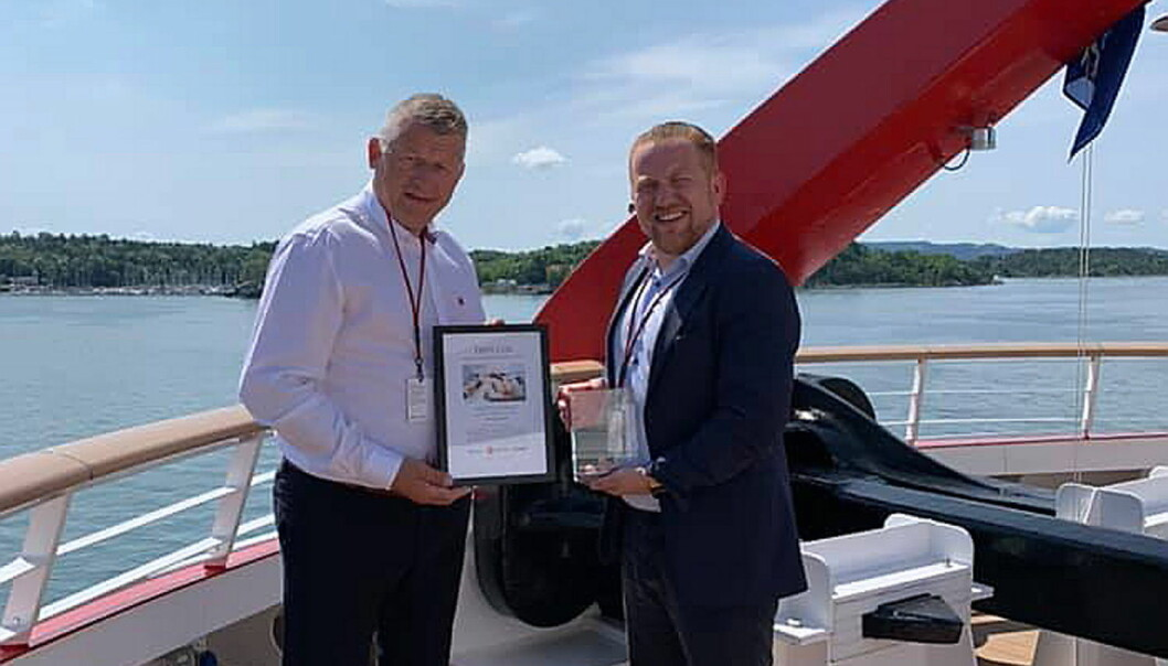 André Pettersen (til høyre) i Hurtigruten mottar prisen av NKLs daglige leder Espen Wasenius. (Foto: NKL)