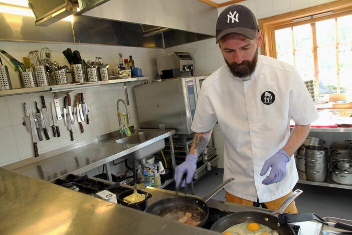 Jo André Hagen, som driver Furuhaugli Fjellhytte sammen med Lina Kayser, tilbereder frokosten. (Foto: Morten Holt)