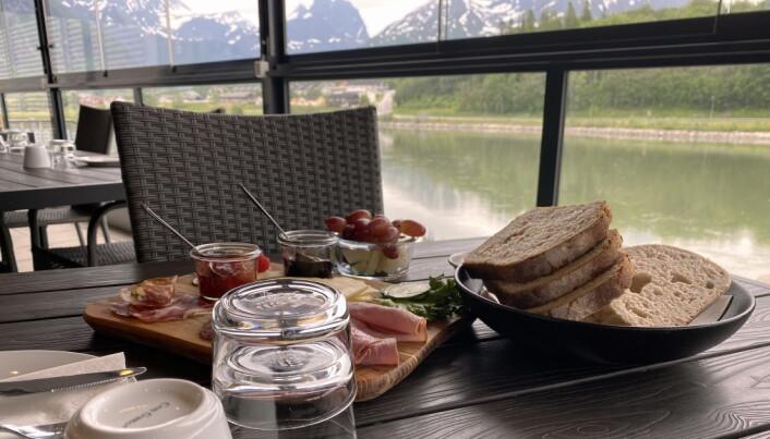 Frokost på Hotel Geist i Åndalsnes. (Foto: Morten Holt)
