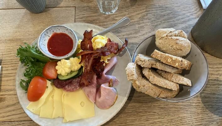 Frokost på Hotel Brosundet. (Foto: Morten Holt)