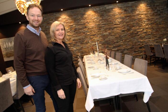 – Tidligere var vi et serveringssted ved veien, men nå er vi et sted folk reiser til; en destinasjon, sier Betty og Arne Udnesseter. (Foto: Morten Holt)