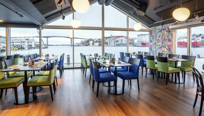 Frokosten på Thon Hotel Kristiansund serveres i restauranten - med fin utsikt mot byen. (Foto: Hotellet)