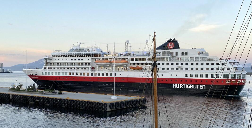 MS Finnmarken legger til kai i Molde 17. juni, én dag etter at skipet la ut fra kai i Bergen - som det første cruiseskipet i drift i verden etter koronakrisen. (Foto: Morten Holt)