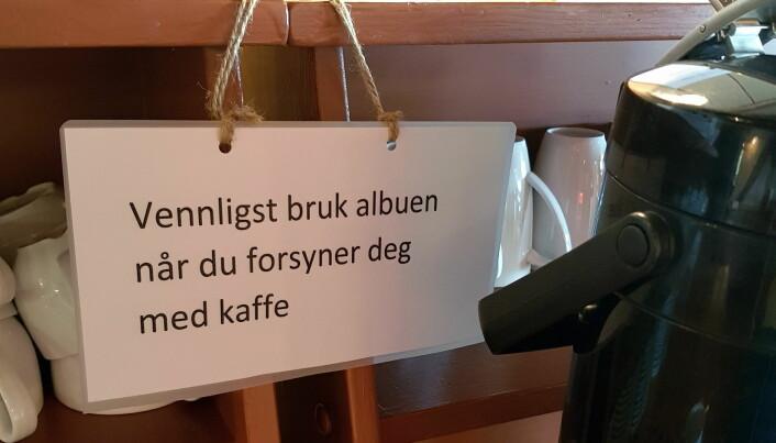 På Håholmen Havstuer blir gjestene bedt om å bruke albuen ved kaffemaskinen. (Foto: Heidi Fjelland)