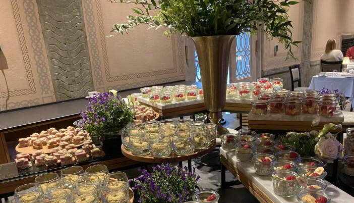 Du kan selv plukke småretter og desserter fra en egen stasjon. (Foto: Heidi Fjelland)