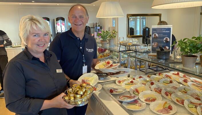 Korona-frokost på Scandic Meyergården i Mo i Rana. Frokostansvarlig Marianne Valberg sammen med hotelldirektør Ove Bromseth, som deltar aktivt rundt frokostserveringen. (Foto: Morten Holt)