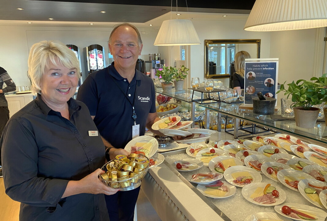 Korona-frokost på Scandic Meyergården Hotel i Mo i Rana. Frokostansvarlig Marianne Valberg sammen med hotelldirektør Ove Bromseth. (Foto: Morten Holt)