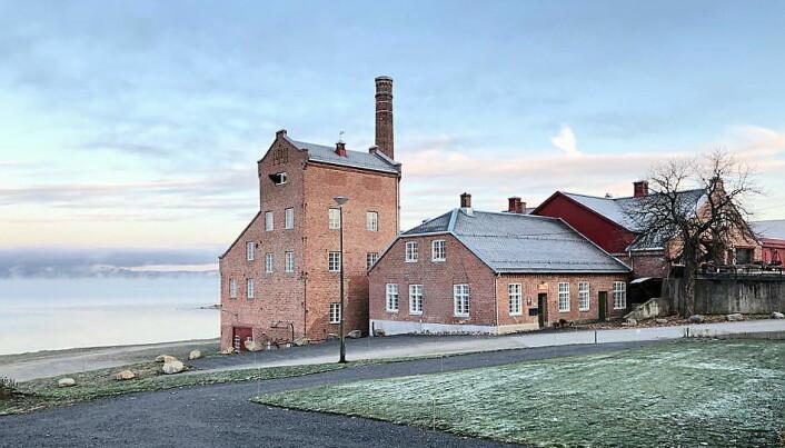 Atlungstad Brænderi ligger like ved Mjøsa. (Foto: Atlungstad)