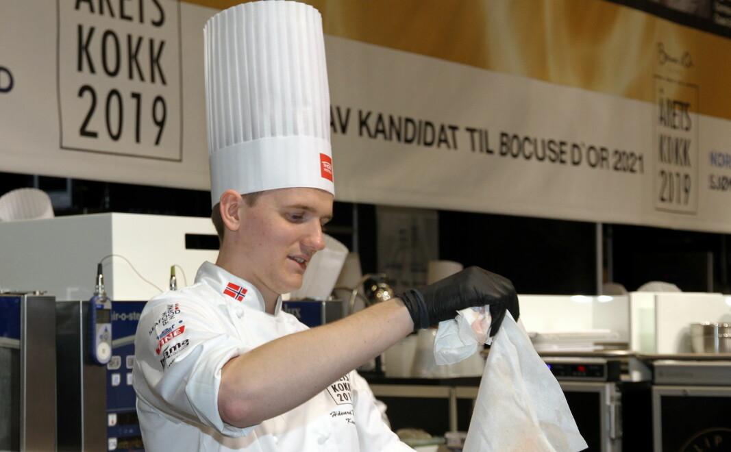 Håvard Werkland er siste vinneren av NM i kokkekunst. Her er han i aksjon i Årets kokk i 2019. Nå er NM i kokkekunst 2020 avlyst på grunn av koronapandemien. (Foto: Heidi Fjelland)