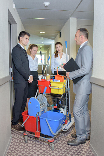 Så vel ledere som renholdere må forstå sin rolle i den nye hverdagen, for at hotellet skal kunne forbedre seg på hygiene. (Illustrasjonsfoto: Phovoir, Colourbox.com)