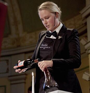 Heidi Iren Hansen i aksjon i Nordisk Mesterskap for sommelierer. (Foto: Norsk Vinkelnerforening)