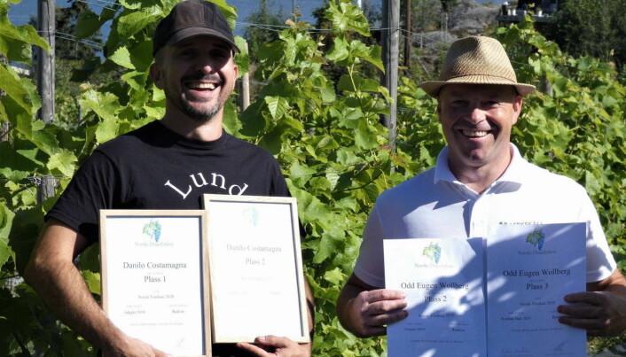 Danilo Costamagna, som er nyvalgt leder i foreningen Norske druedyrkere, vant kategorien rødvin med «Adagio» 2019. Her sammen med Odd Eugen Wollberg. (Foto: Norsk Vinskue)
