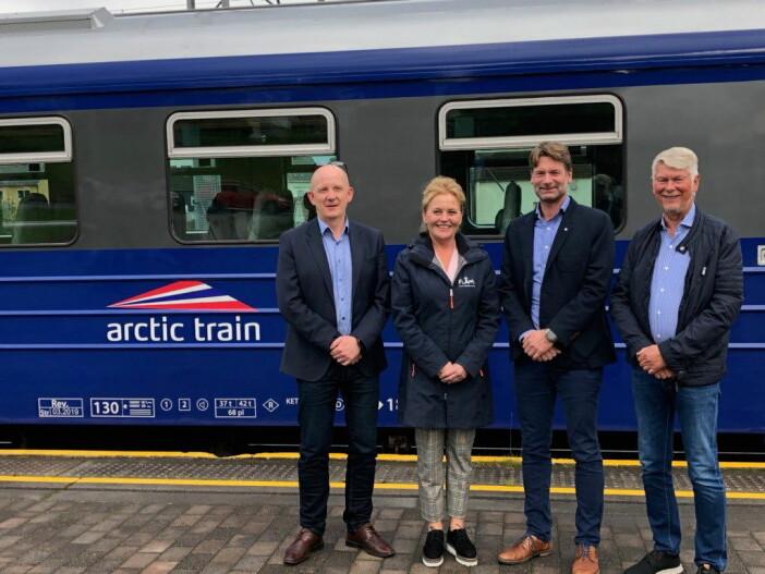 Flåm AS blir medeier i Arctic Train. Fra venstre Karl Aksel Vik (Taraldsvik AS, styreleder i Arctic Train Holding), Solrun Hjelleflat (daglig leder i Flåm AS), Kjetil Strand (daglig leder i PRS Holding AS) og Per Strand (styreleder i PRS Holding AS). (Foto: Arctic Train)