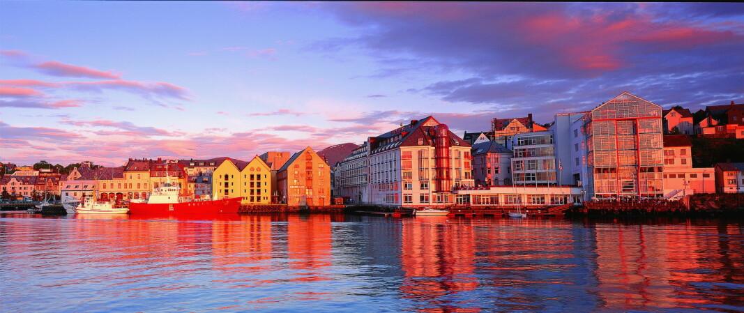 Thon Hotels overtar det tidligere Scandic-hotellet (det hvite bygget midt i bildet) i Ålesund. (Foto: Thon Hotels)