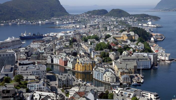 Thon Hotel Ålesund ligger helt nede ved havet til høyre i bildet. (Foto: Morten Holt)