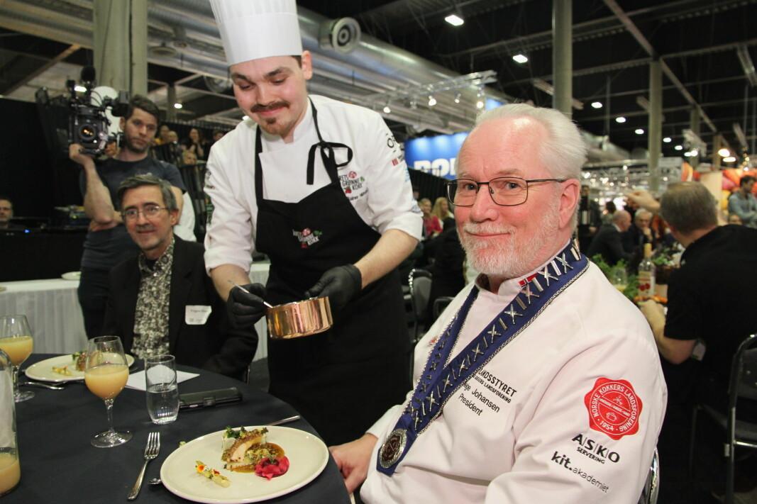 Helge Johansen trekker seg som president i NKL. Han har ledet landsforeningen i flere år. Her serveres ha i Årets grønne kokk 2020 av odd Rainer Hildrum. (Foto: Morten Holt)