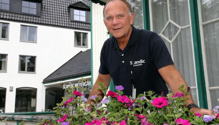 Ove Bromseth på trappa på gamle Meyergården. (Foto: Morten Holt)