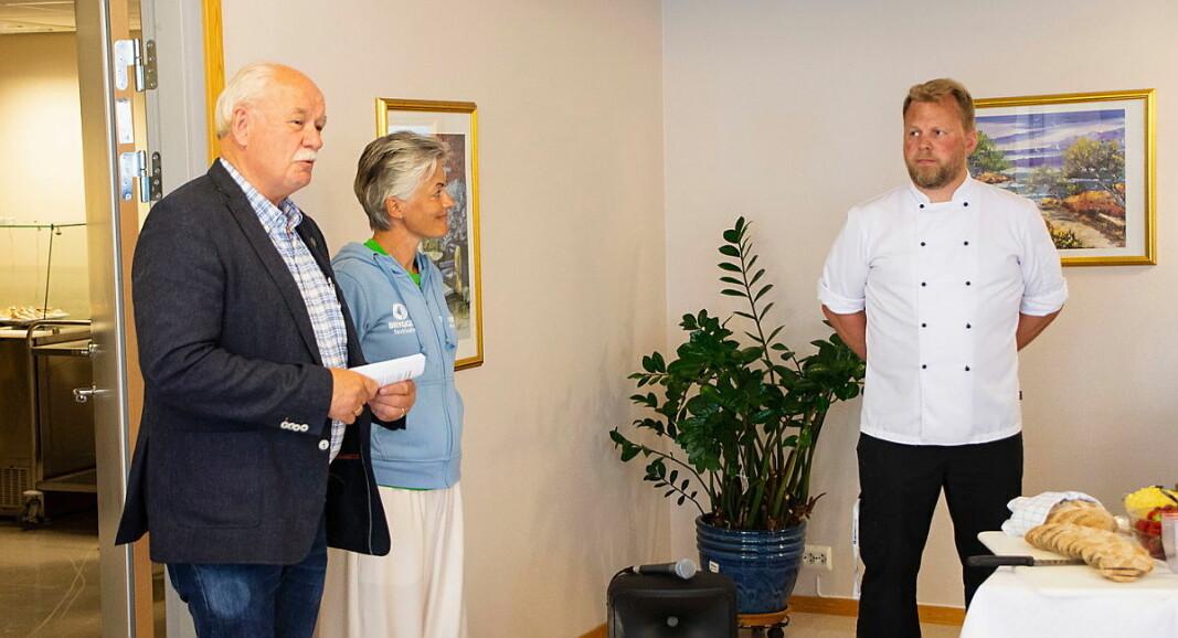 Landbruksdirektør Tore Bjørkli, daglig leder Aslaug Rustad og kjøkkensjef Bjørn Erik Vangen på Leksvik Helsetun. (Foto: Matriketmidt.no)