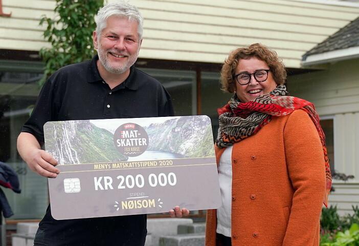 Per Arne Hovland hos Nøisom sammen meds landbruks- og matminister Olaug Bollestad. (Foto: NorgesGruppen/Meny)
