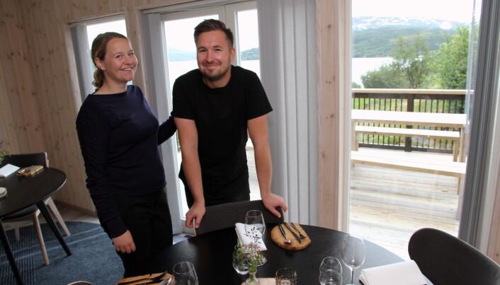 Gründerne i restauranten, der du har panoramautsikt utover fjorden. (Foto: Morten Holt)