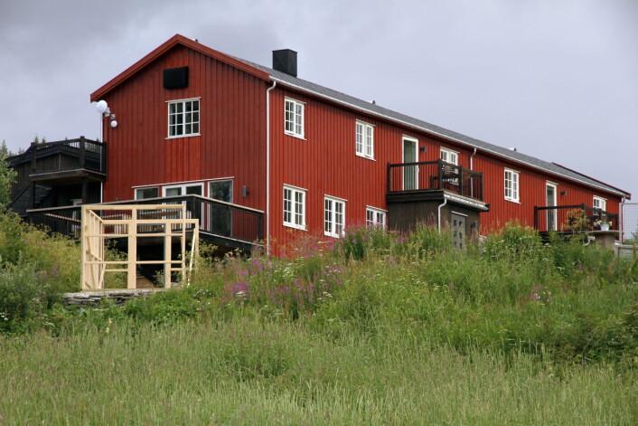 Restaurant- og overnattingsstedet sett fra sjøsiden. Drivhuset (til venstre) står nå ferdig. (Foto: Morten Holt)