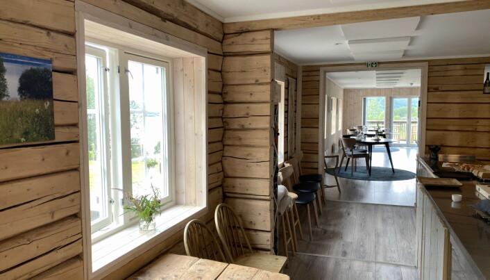 Det gamle nordlandshuset på Utskarpen Gård er blitt omgjort til en restaurant med panoramautsikt. (Foto: Morten Holt)