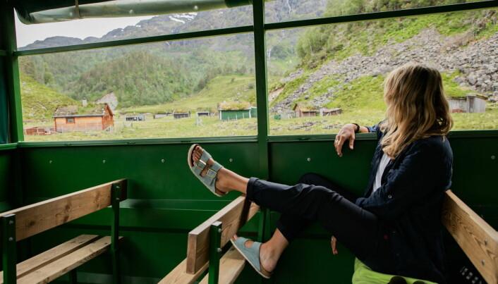 Ina Vikøren fikk oppdraget. Her er hun på traktorsafari med Åkrafjorden Opplevingar til Eikemo. (Foto: Fredrik Bye, Up Norway)